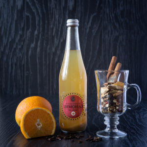 """Лимонаду """"Глинтвейн"""" придает дурманящий аромат удачное сочетание цитрусов с пряностями"""